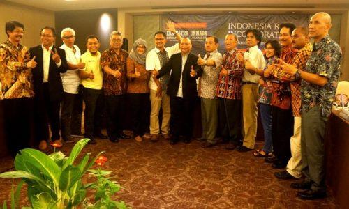 Winata Wira, SE, M.Sc. (Empat dari Kiri ) Perwakilan dari Universitas Maritim Raja Ali Haji dan Perwakilan 14 Perguruan Tinggi Lainnya foto bersama usai dalam Focus Group Discussion (FGD) mendukung terbentukknya Indonesia Raya Incorporated (IRI). f. Istimewa